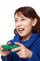 Frau genießt ein Videospiel foto