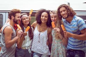 Hipster-Freunde genießen Eislutscher