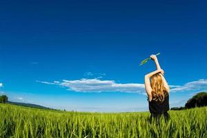 Frau, die frisches rohes Weizenfeld genießt