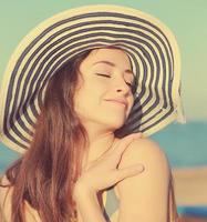 Genießen Sie glückliche Frau auf Seehintergrund.