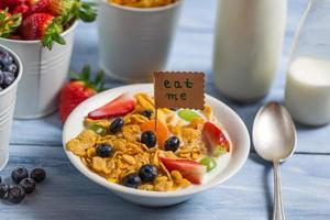 Genießen Sie Ihr gesundes Frühstück mit Früchten foto