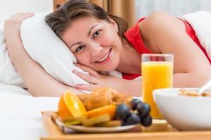 schönes glückliches Mädchen, das den Morgen genießt