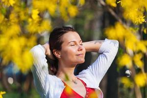 Frau, die Sonnenschein im Frühling genießt