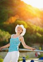Porträt der glücklichen Frau, die Urlaub genießt
