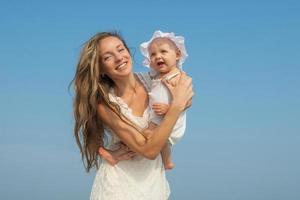 glückliche schöne Mutter und Tochter genießen foto