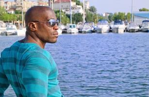 schöner schwarzer Mann, der sich entspannt und den Sommer genießt. foto