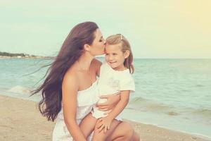 glückliche schöne Mutter und Tochter genießen Strandzeit