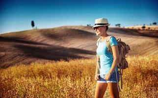Touristenmädchen, das Ansicht genießt foto