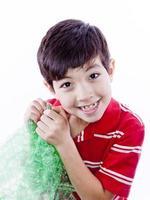 Junge genießt Luftpolsterfolie. foto