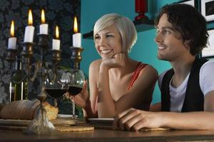Paar genießt Dinnerparty