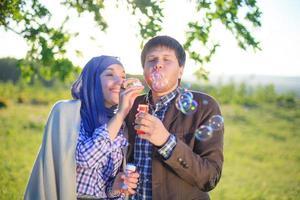 Paar genießt den Tag