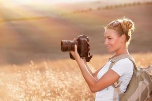 glücklicher Fotograf, der die Natur genießt foto