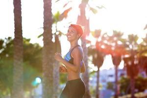 junge schwarze Frau, die einen Lauf im Freien genießt foto