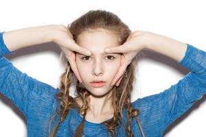Porträt des schönen fröhlichen Genießens des jugendlichen Mädchens foto