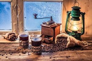 Genießen Sie Ihren heißen Kaffee an einem kalten Tag foto