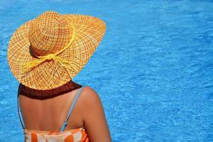 echte weibliche Schönheit, die ihre Sommerferien genießt foto