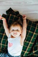 entzückendes kleines Mädchen genießt auf dem Boden
