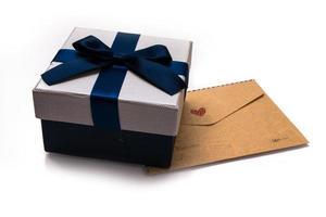 Geschenkbox und Umschlag