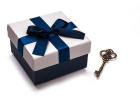 Geschenkbox und Vintage-Schlüssel foto