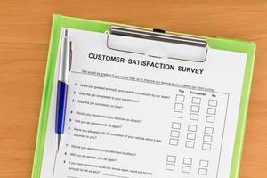 Umfrage zur Kundenzufriedenheit in der Zwischenablage mit Stift foto