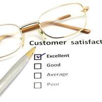 Umfrageformular zur Kundenzufriedenheit mit Stift und Brille foto