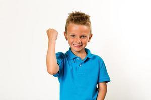 Junge feiert Erfolg foto