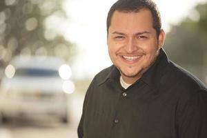 hübscher Latino lächelnd foto