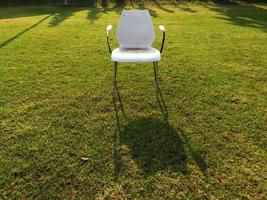 Stuhl in grüner Wiese foto