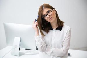 nachdenkliche Geschäftsfrau im Amt foto