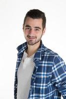 Porträt des jungen lateinischen Mannes lokalisiert auf Weiß foto