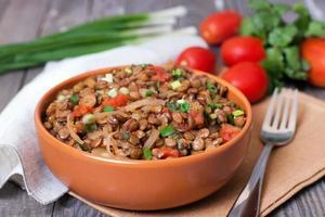 Linsen mit Zwiebeln und Tomaten foto