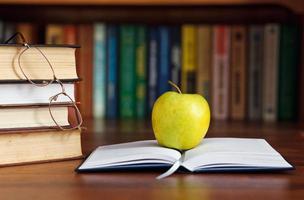 Apfel auf dem offenen Buch