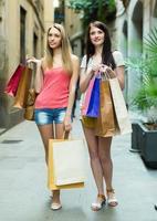 Mädchen mit Einkaufstüten foto