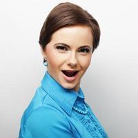 junge schöne Frau mit großem glücklichem Lächeln foto