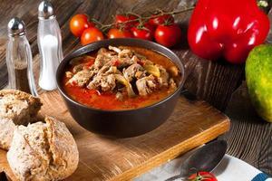 Gulaschsuppe mit Paprika.