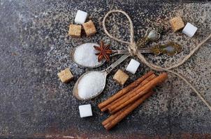 weißer und brauner Zucker im Löffel. foto