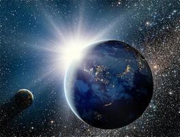 Sonnenaufgang über dem Planeten und Satelliten im Weltraum.