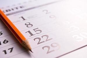 Nahaufnahme eines Bleistifts auf der Seite eines Kalenders foto