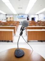 Mikrofon auf dem Podium auf der Seminarkonferenz foto