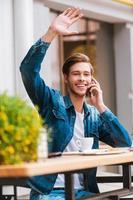Treffen seiner Freunde im Café. foto