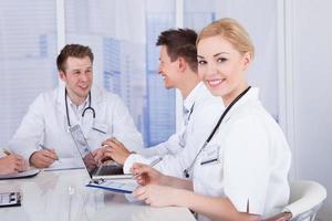glückliche Ärztin im Konferenztreffen foto