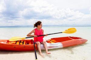 schönes Mädchen mit Reisen und Urlaub am Strand genießen