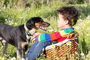 Freundschaft zwischen Jungen und seinem Hund foto