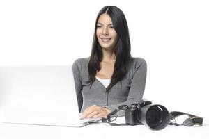 Fotografin lächelt zufrieden über ihre Bilder foto