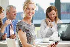 eine Geschäftsfrau bei einem Treffen in einem Büro foto