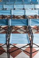 Zusammensetzung der blauen Klappstühle aus Segeltuch foto