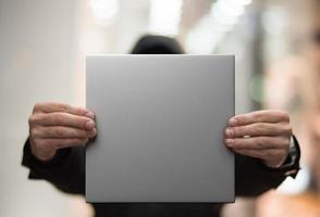 Mann mit einem weißen leeren Plakat foto