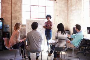 Gruppe von Designern mit Brainstorming-Sitzung im Büro foto