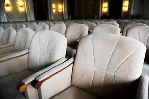 leere beige Samt Sessel foto
