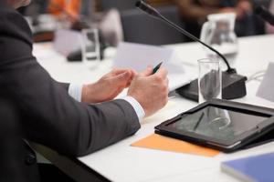 Mann hält Präsentation auf der Konferenz foto